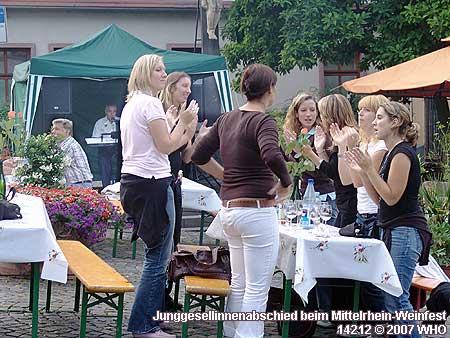 Junggesellinnenabschied beim Rotweinfest am Rhein.